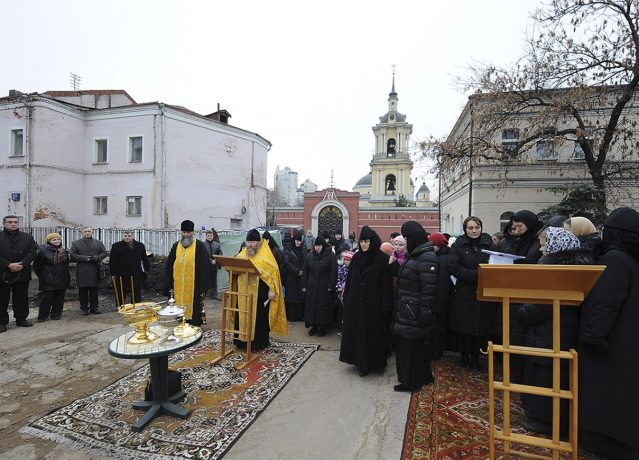 The prayer service before the beginning of construction in November 2012