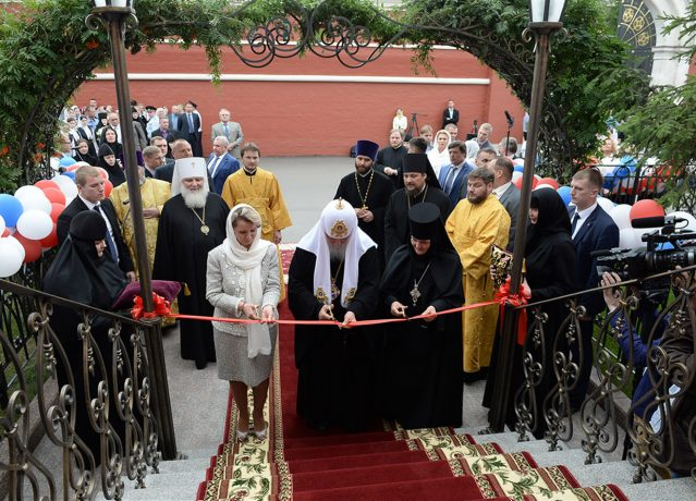 The ribbon was cut by His Holiness Patriarch Kirill of Moscow and All Russia, Abbess Feofaniya and Chairwoman of the Trust Board S.V. Medvedeva
