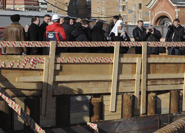 Святейший Патриарх Московский и всея Руси Кирилл  осматривает и освящает строительную площадку 8 марта 2013 года