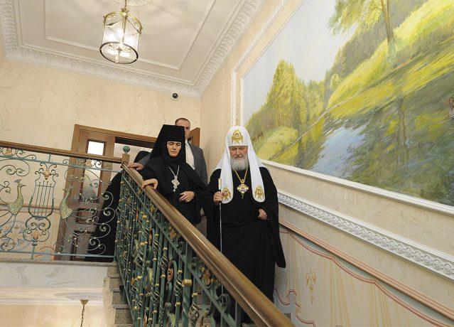 По окончании богослужения Святейший Владыка осмотрел гостиницу