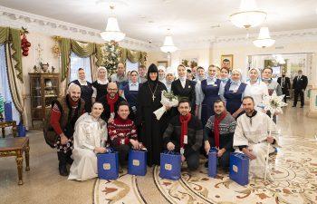 Хор «Русский формат» поздравил Матушку Феофанию, сестёр Покровской обители, а также весь коллектив Гостиницы с Рождеством Христовым!